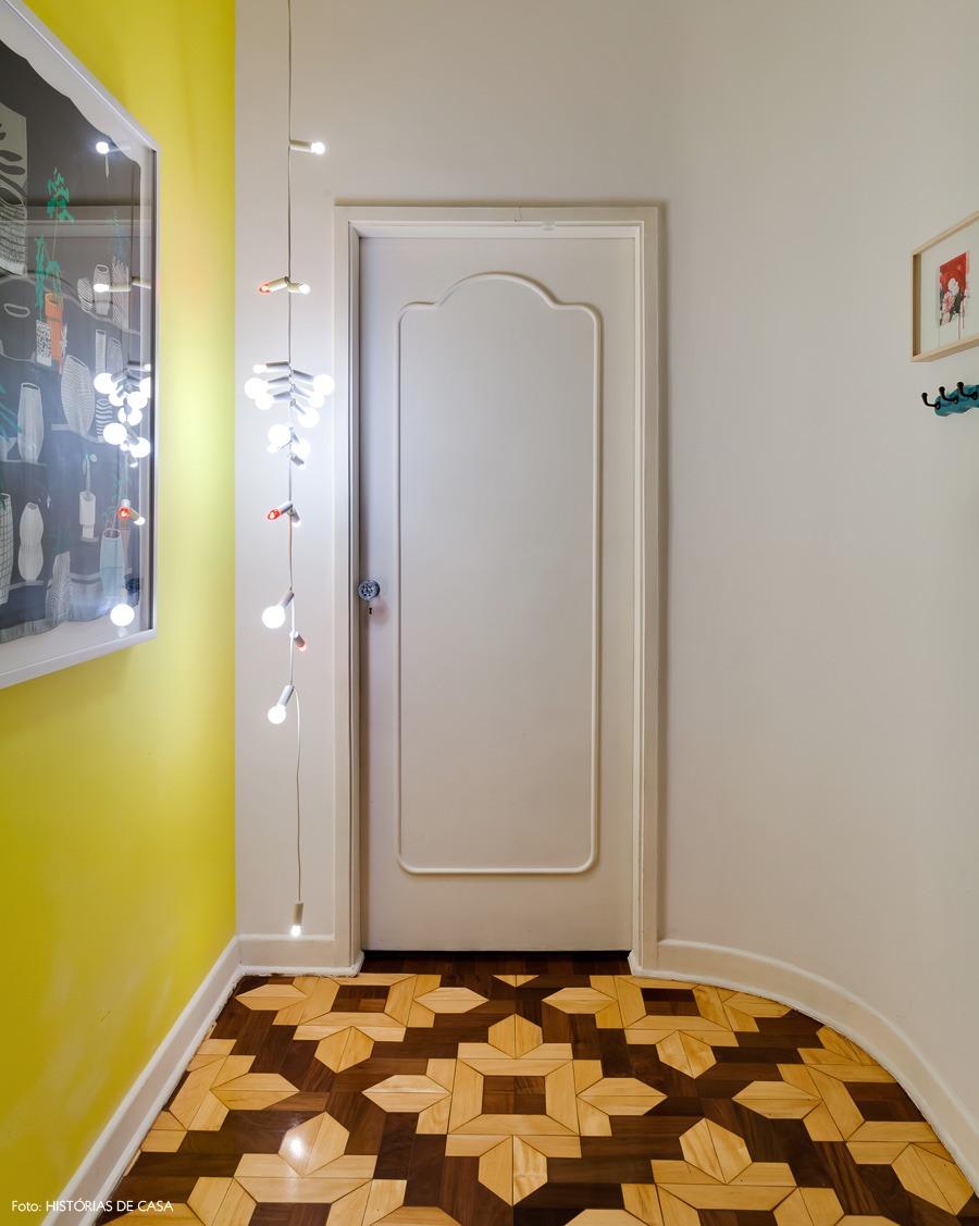 02-a-decoracao-amarelo-hall-piso-tacos
