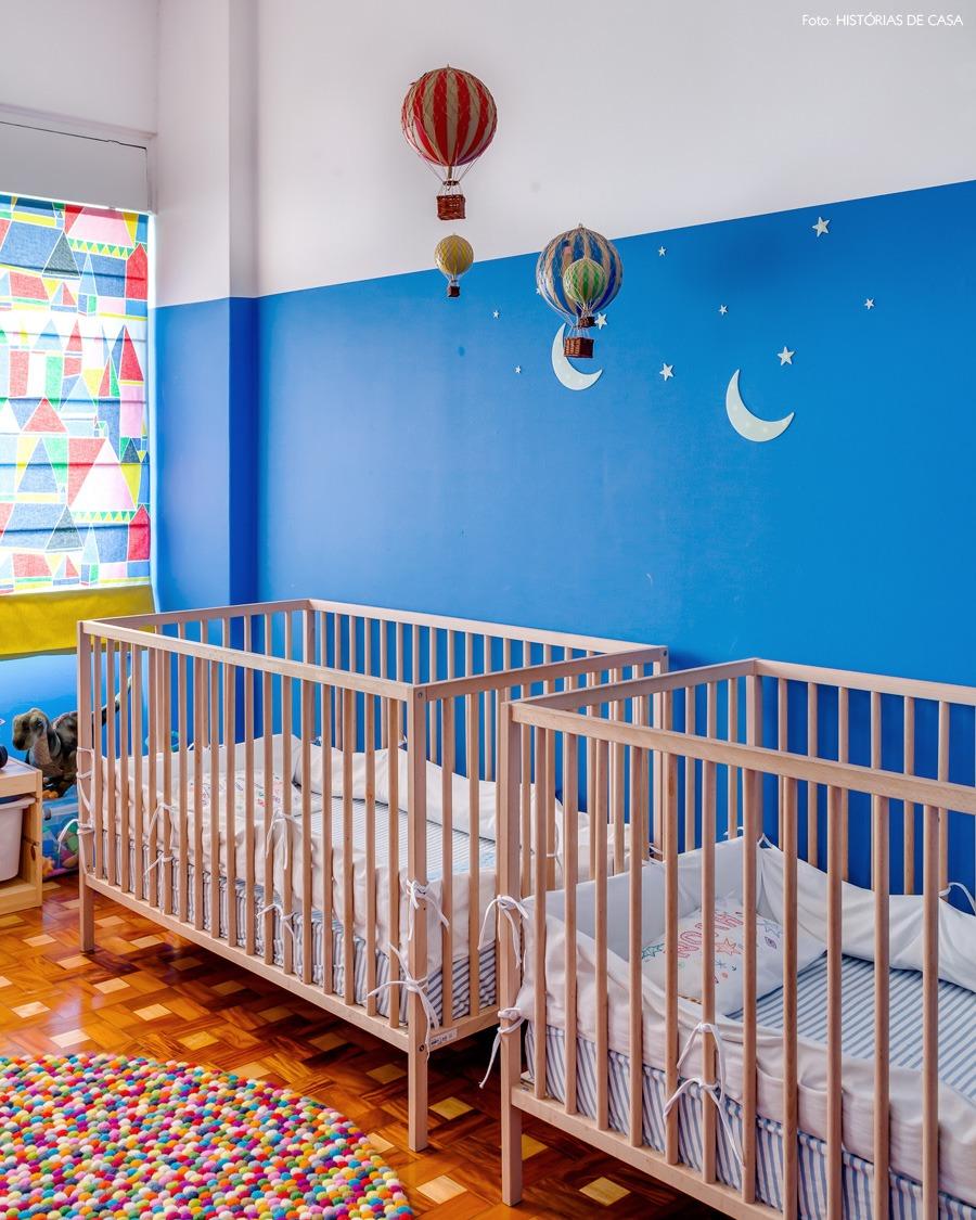 33-decoracao-quarto-bebe-azul-berco-madeira