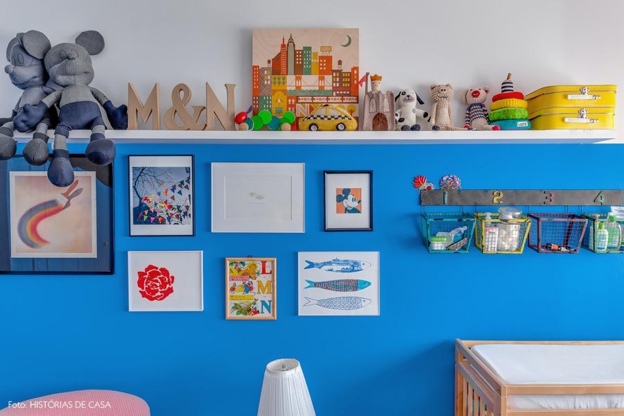 36-decoracao-quarto-bebe-pintura-azul-prateleira