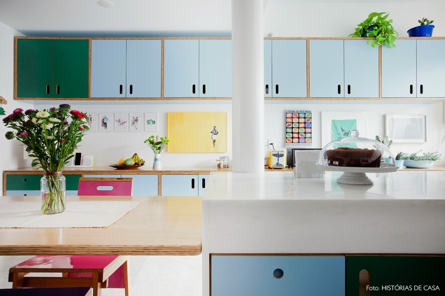 24-decoracao-cozinha-aberta-armario-azul-plantas