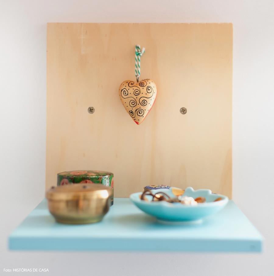 38-decoracao-prateleiras-madeira-enfeites-quarto