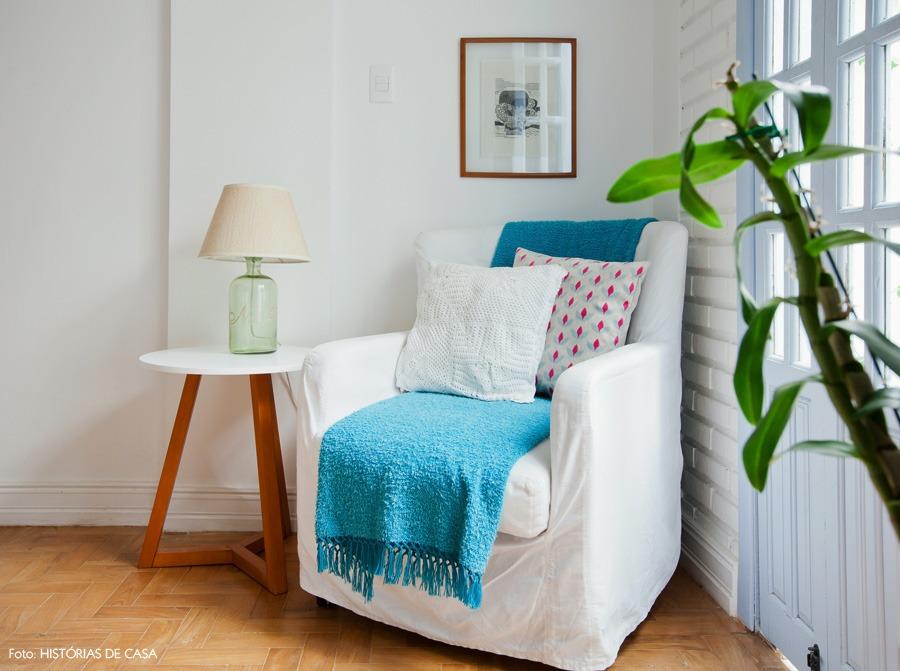 08-decoracao-sala-estar-poltrona-branca-azul