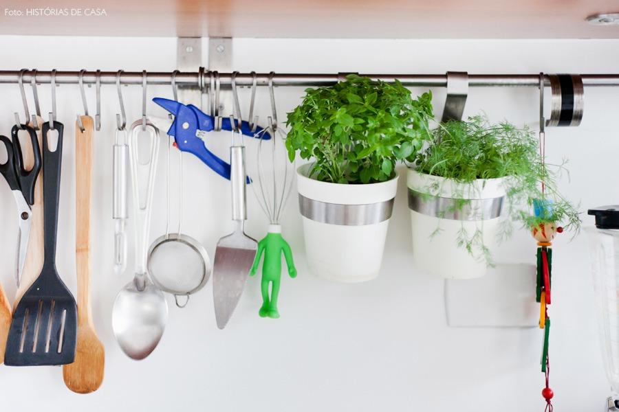 28-decoracao-cozinha-suporte-inox-ervas-utensilios