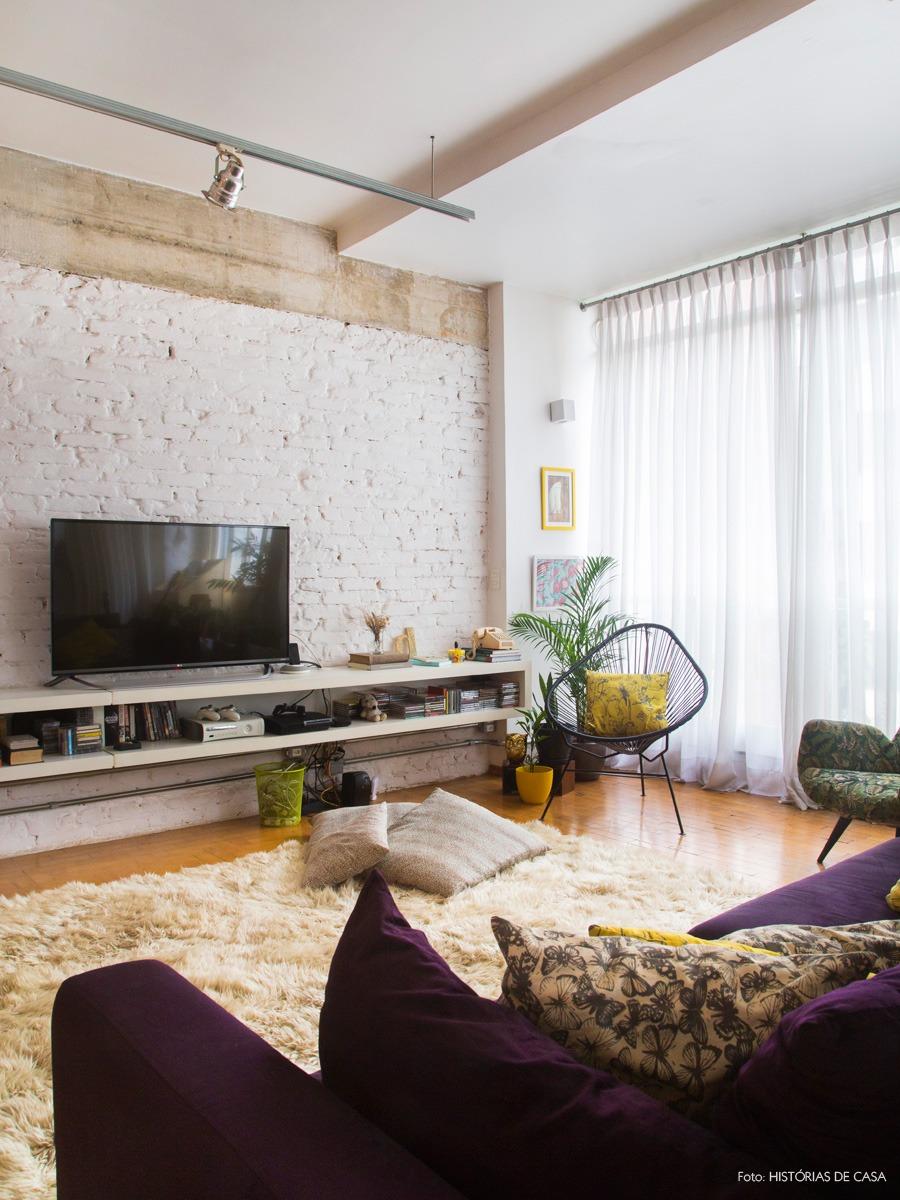 05-decoracao-sala-estar-integrada-tijolinho-branco-prateleiras-estante