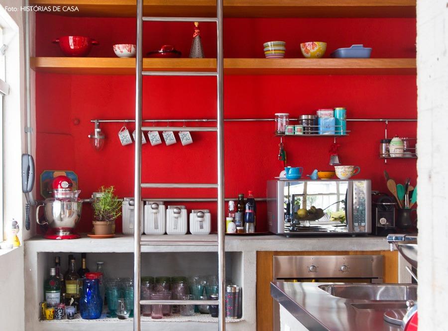27-decoracao-cozinha-aberta-integrada-parede-vermelha-prateleiras