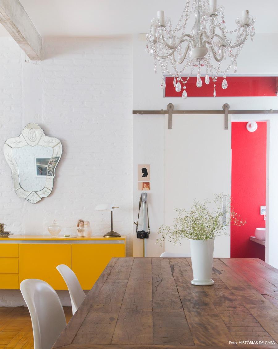 31-decoracao-mesa-jantar-buffet-amarelo-lavabo-porta-correr