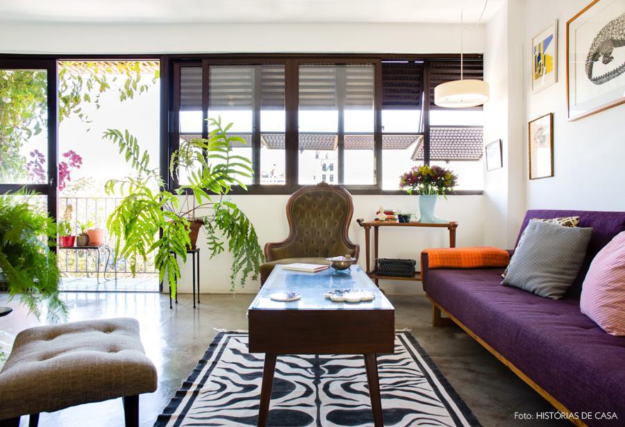 02-decoracao-sala-estar-cimento-queimado-sofa-roxo-plantas