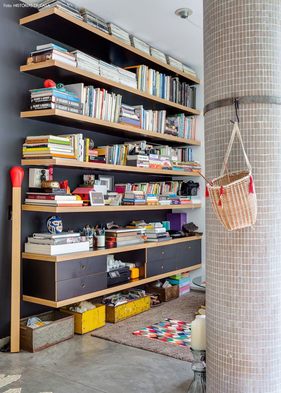 07-decoracao-apartamento-estante-fundo-preto-prateleiras-louveira