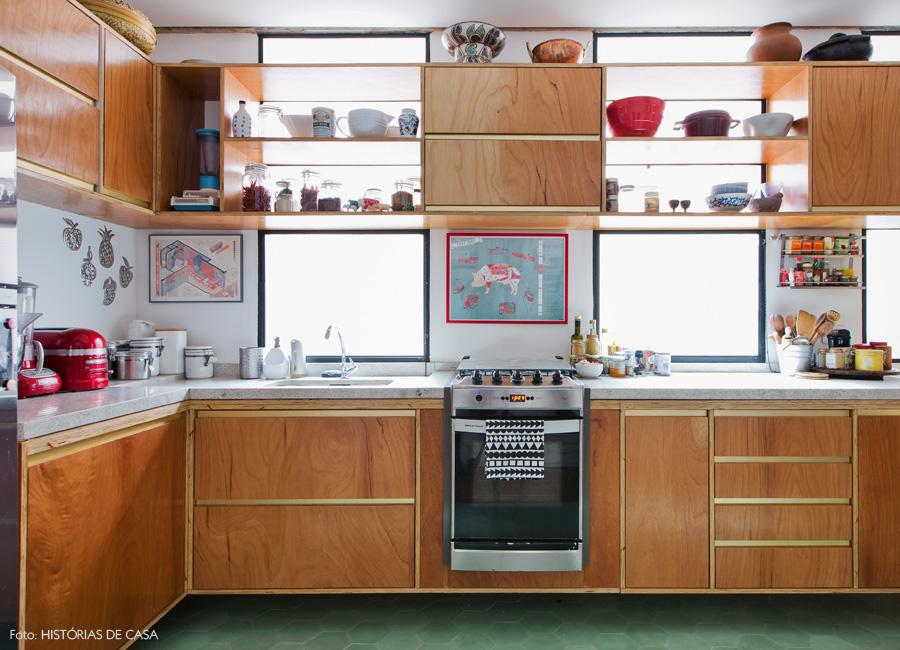 07-decoracao-cozinha-armarios-formica-dourada-ladrilho-hidraulico