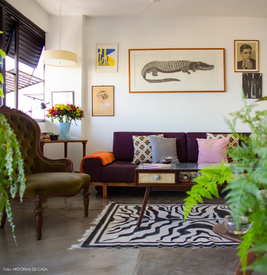 13-decoracao-sala-estar-plantas-janelas-pretas-quadros-sofa-colorido