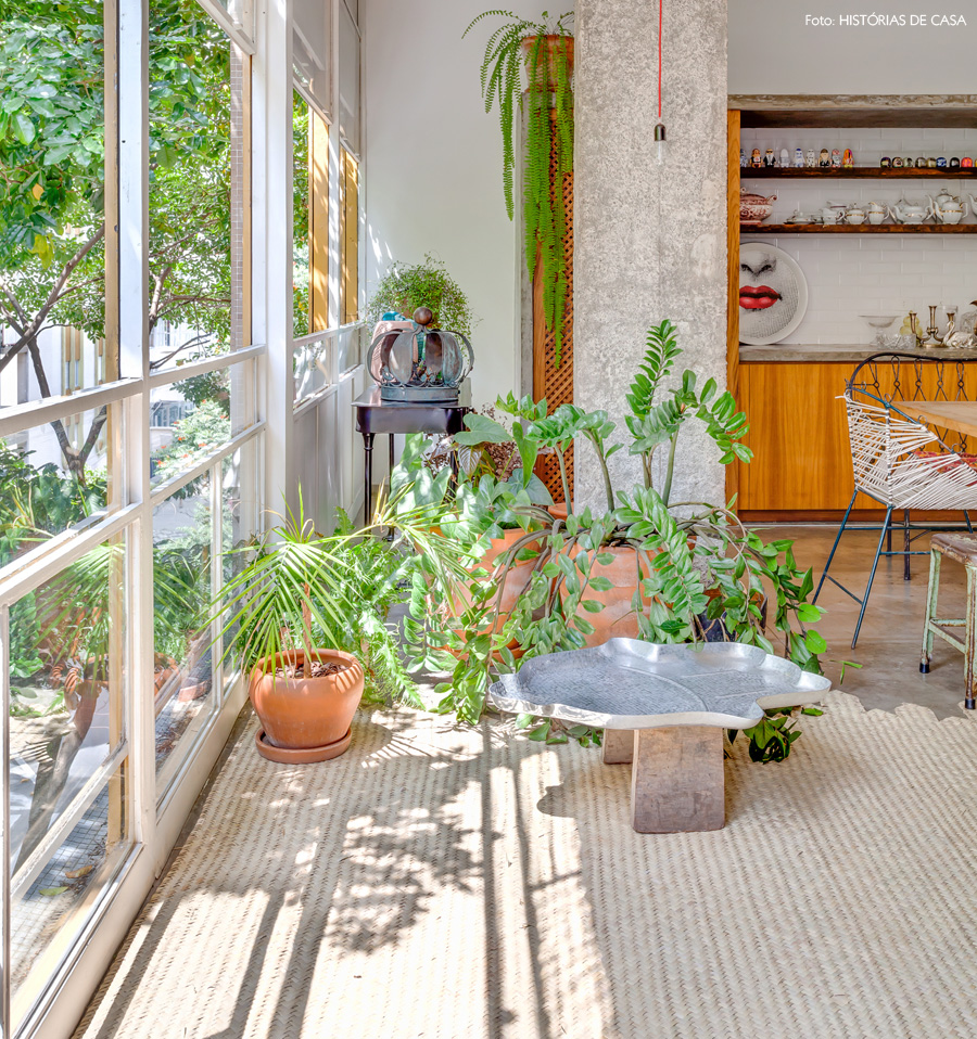 16-decoracao-apartamento-plantas-especies-tapete-palha-concreto