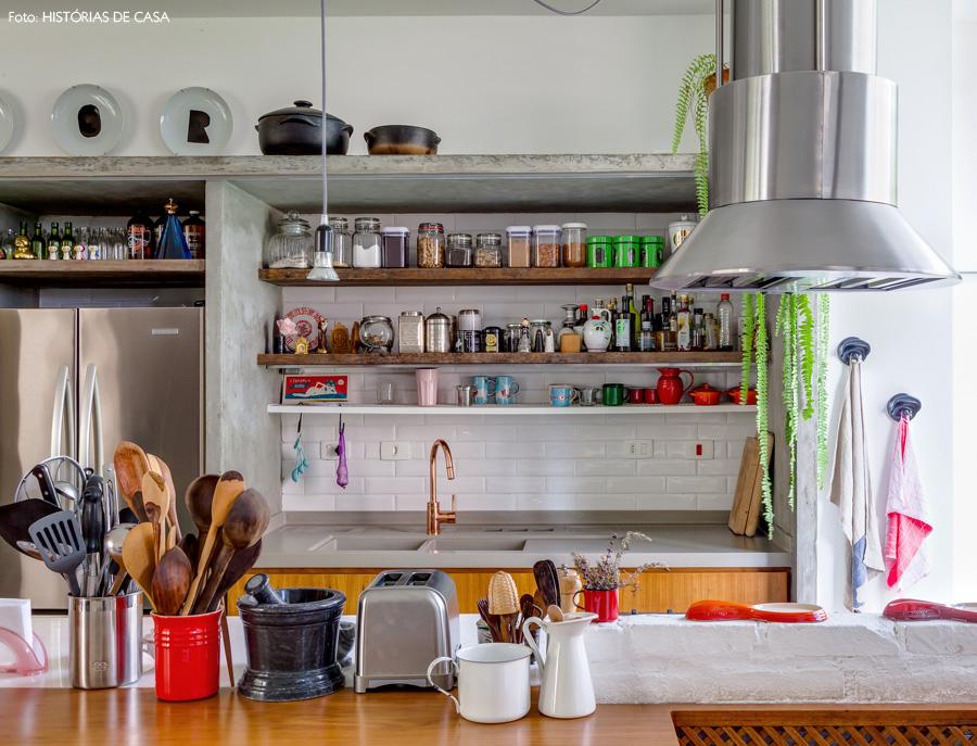 21-decoracao-apartamento-cozinha-prateleiras-abertas-concreto