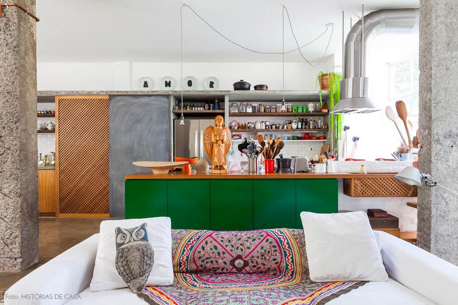 23-decoracao-apartamento-cozinha-integrada-verde-prateleira-concreto