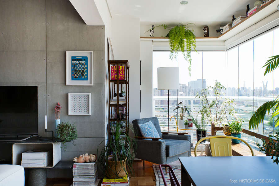 26-decoracao-sala-varanda-integrada-parede-concreto-plantas