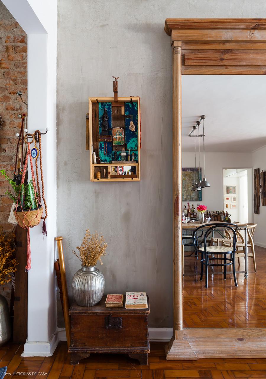 03-decoracao-hall-entrada-escultura-madeira-deco-adjiman-espelho