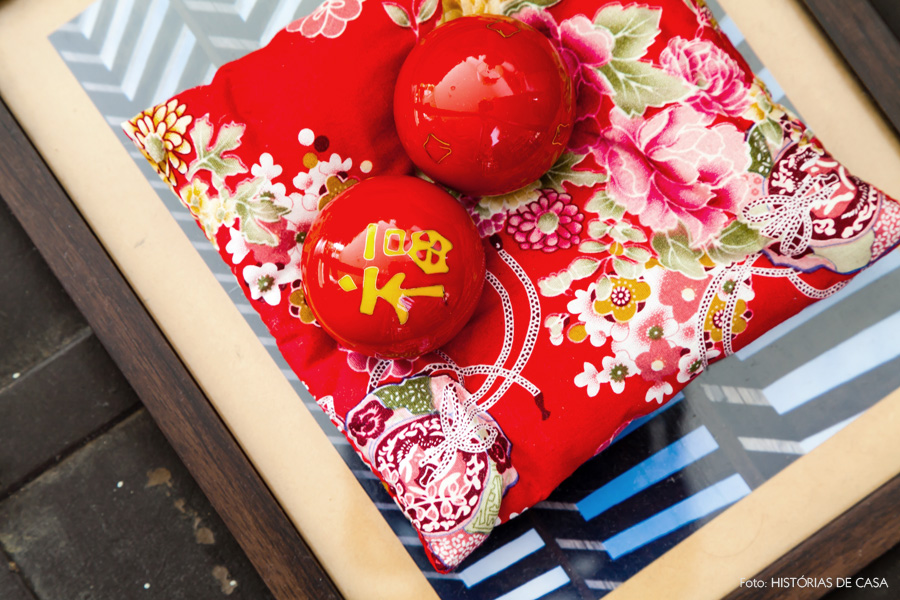 13-decoracao-sala-estar-lembrancas-asia-estampas