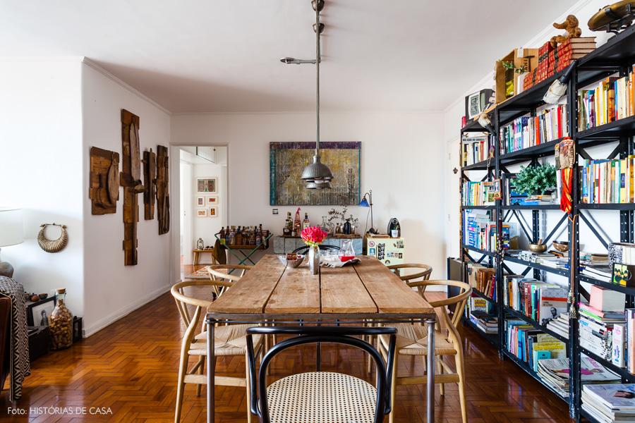 25-decoracao-sala-jantar-estilo-industrial-estante-mesa-madeira