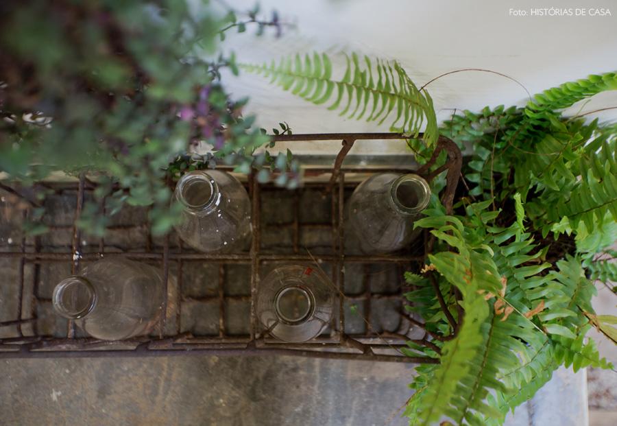 04-decoracao-enfeite-jardim-engradado-garrafas-antigas