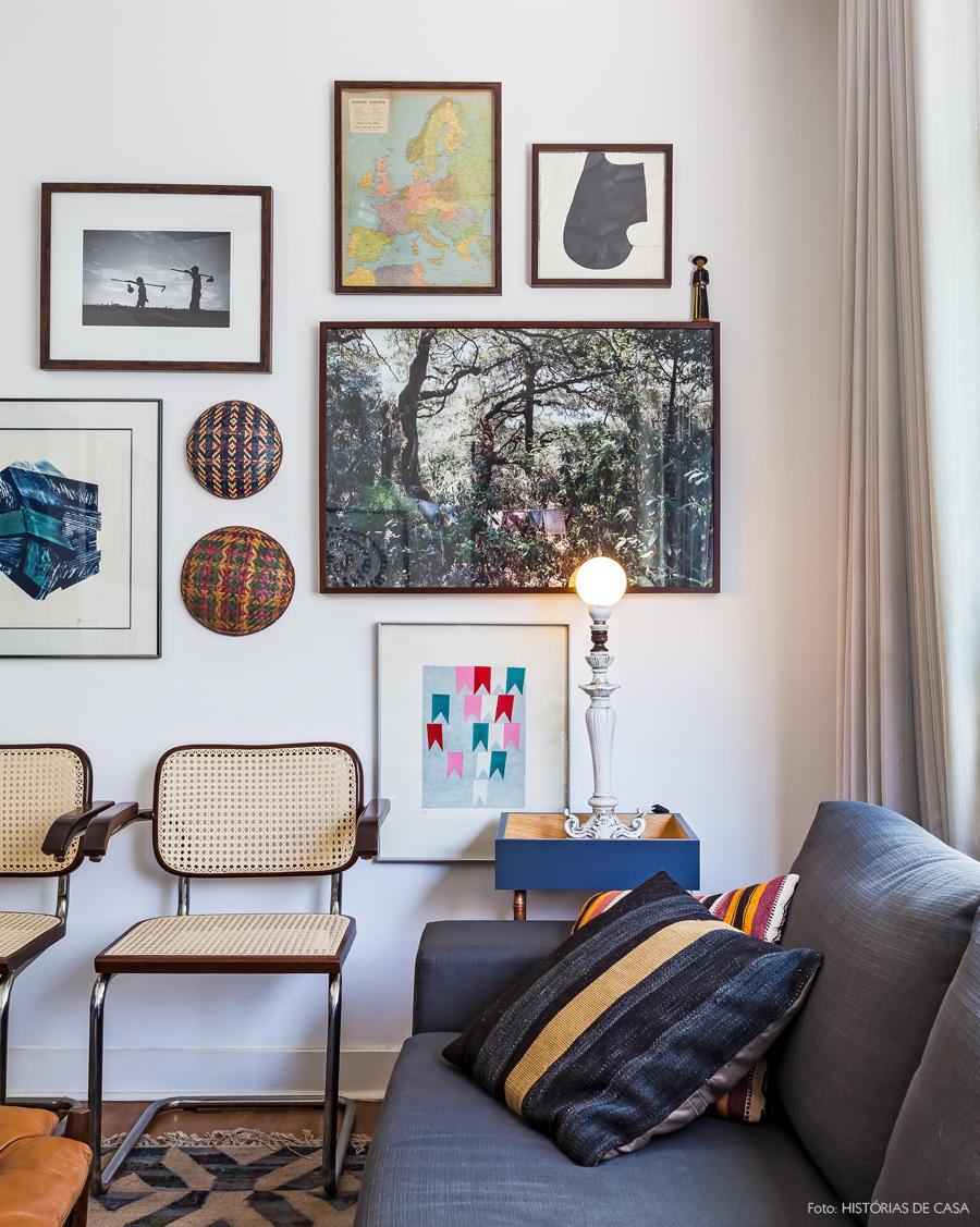 12-decoracao-apartamento-parede-galeria-sofa-cinza-luminaria