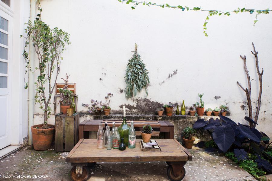 31-decoracao-casa-area-externa-mesa-madeira-demolicao