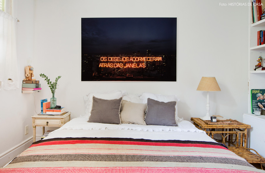 35-decoracao-quarto-casal-cama-box-fotografia-neon