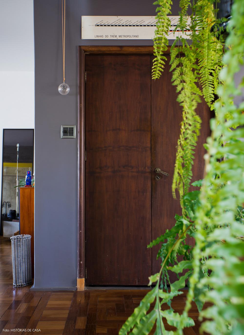 12-decoracao-porta-madeira-parede-cinza-plantas