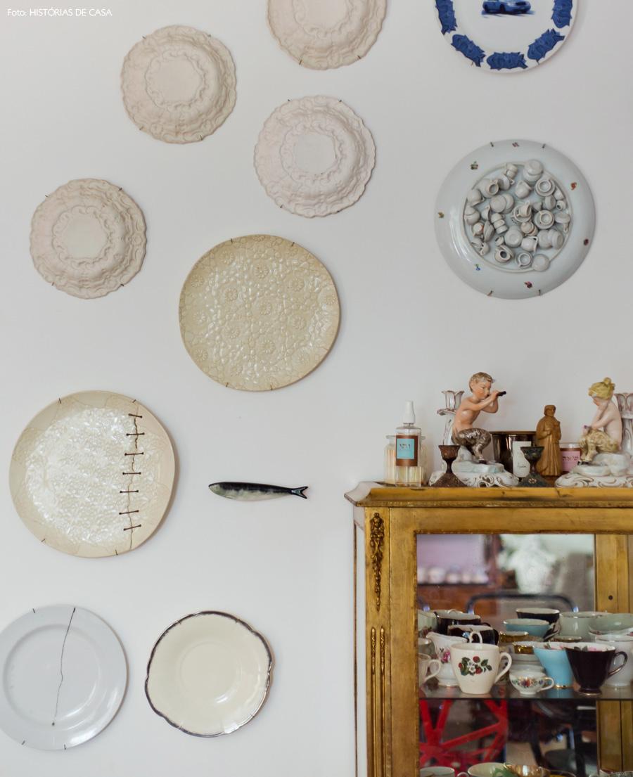 23-decoracao-pratos-de-parede-arranjo-cristaleira