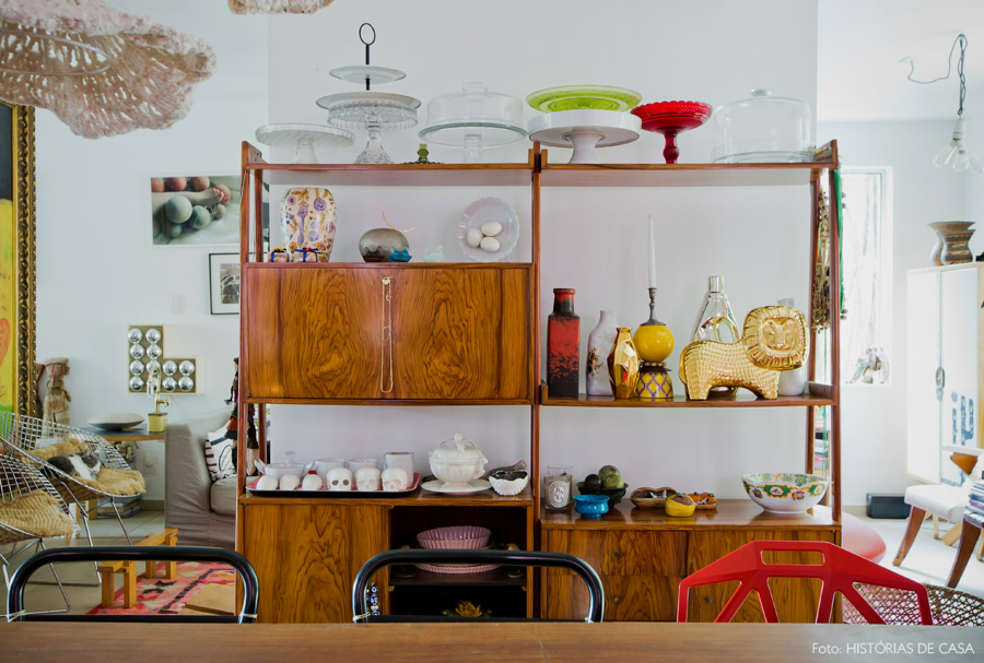 24-decoracao-estante-vintage-cristaleira-colecao-loucas