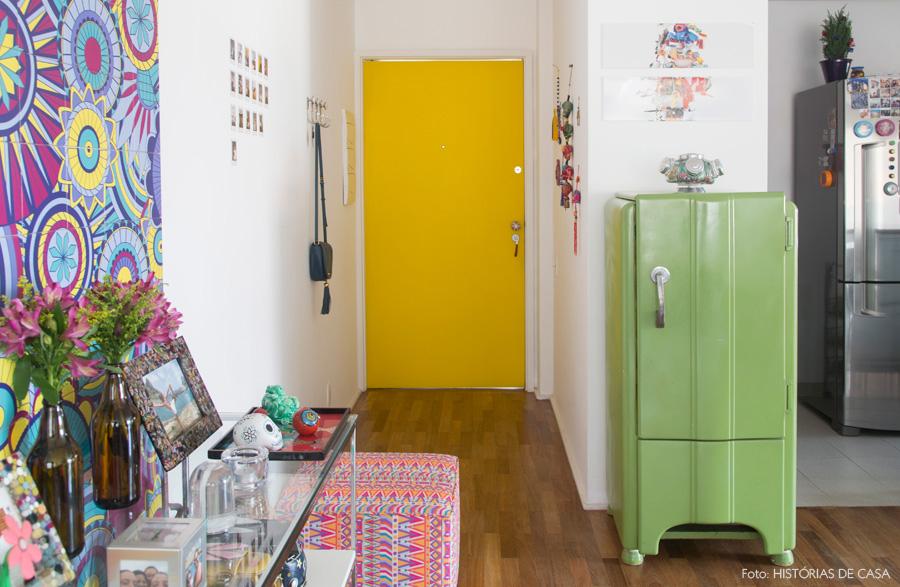 decoracao-apartamento-cores-historiasdecasa-01-porta-amarela