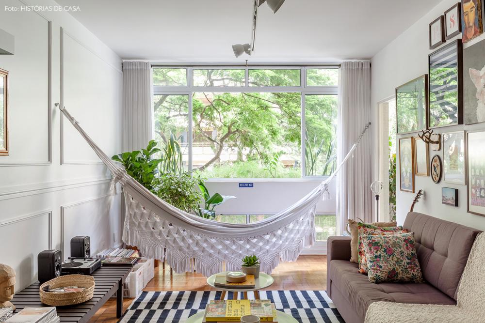 03-decoracao-sala-estar-plantas-rede-de-balanco-tons-neutros