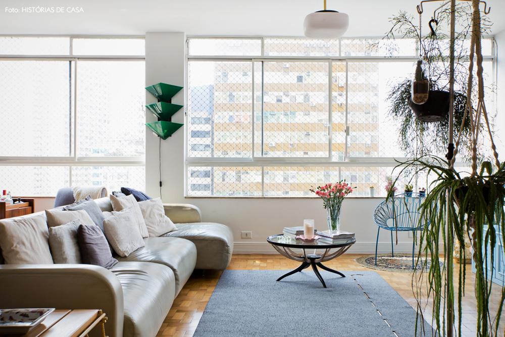 05-decoracao-sala-estar-sofa-neutro-plantas-madeira