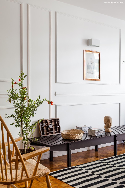 07-decoracao-sala-estar-banco-sergio-rodrigues-boiserie