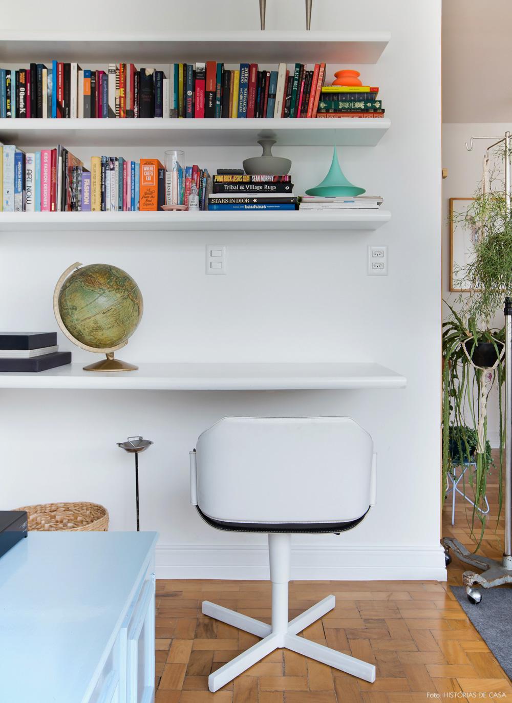 09-decoracao-home-office-sala-estar-estante-branca
