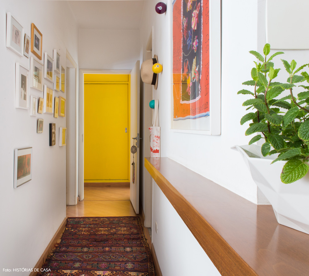 16-decoracao-corredor-quadros-tapete-etnico-amarelo