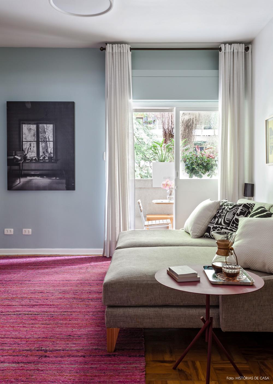 17-decoracao-sala-de-tv-tapete-rosa-parede-azul-varanda