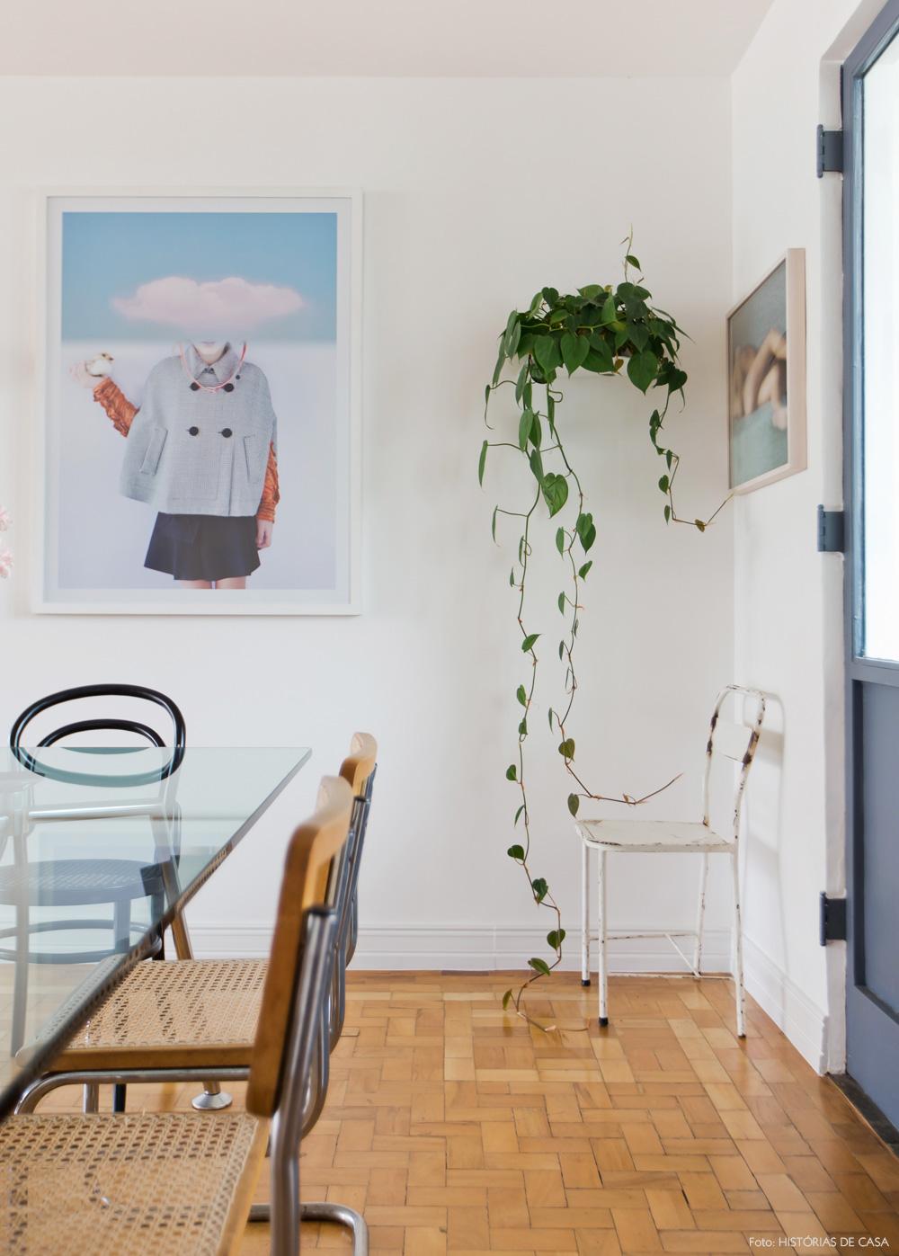 19-decoracao-sala-jantar-quadros-plantas-mesa-vidro-poltrona-ferro