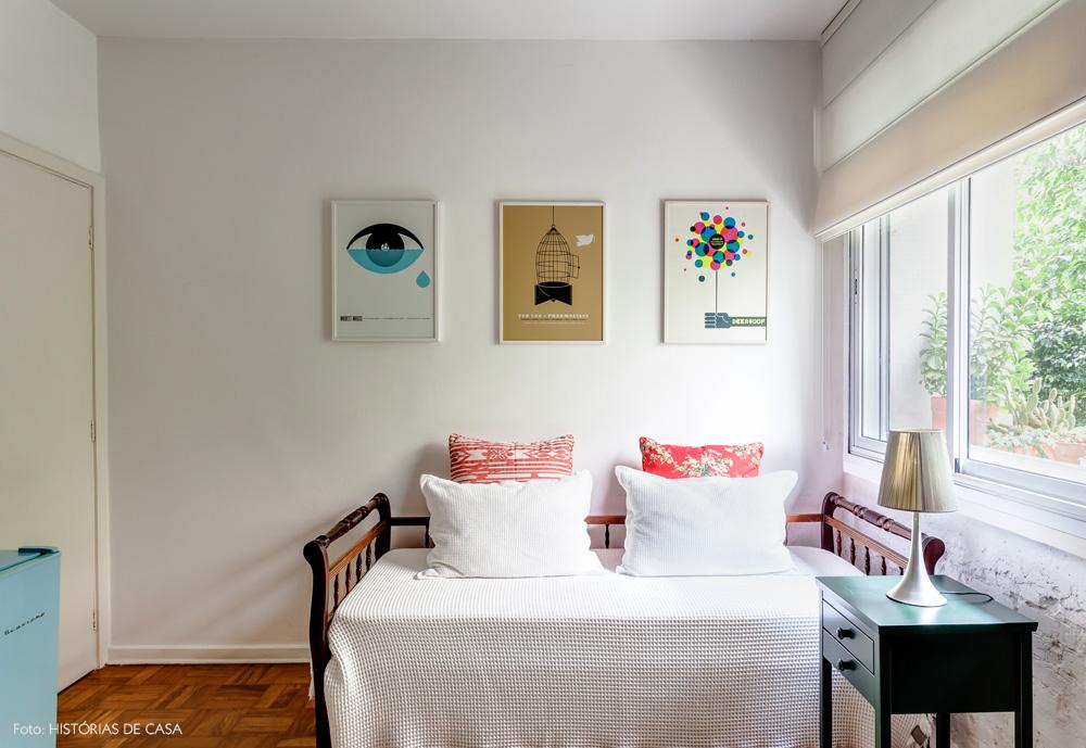26-decoracao-quarto-branco-cama-antiga-posteres-coloridos