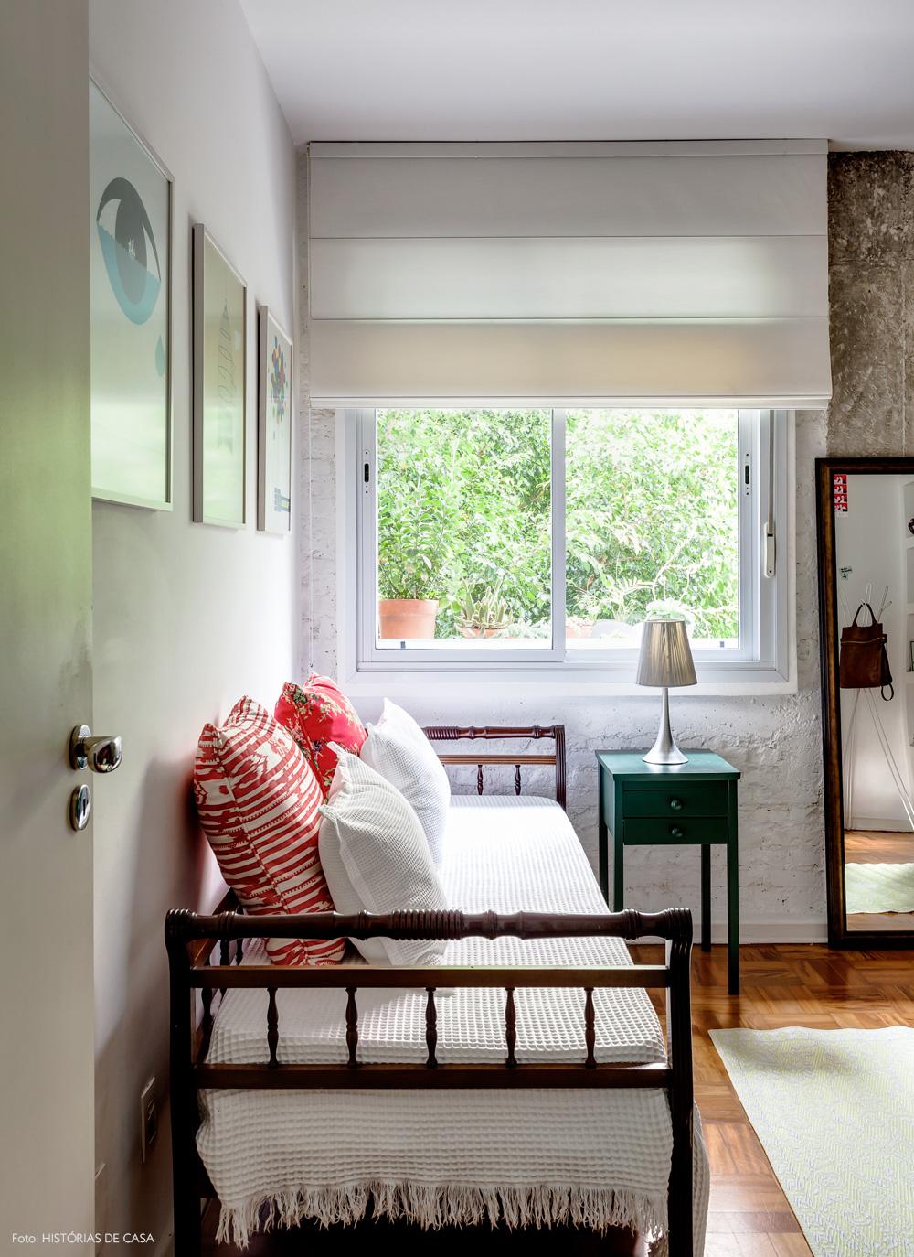 27-decoracao-quarto-branco-cama-antiga-parede-rustica