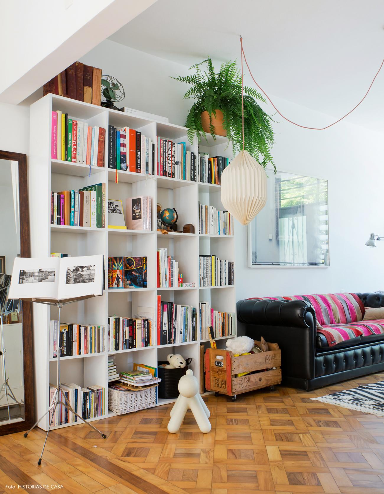 07-decoracao-sala-estar-estante-nichos-brancos-sofa-couro