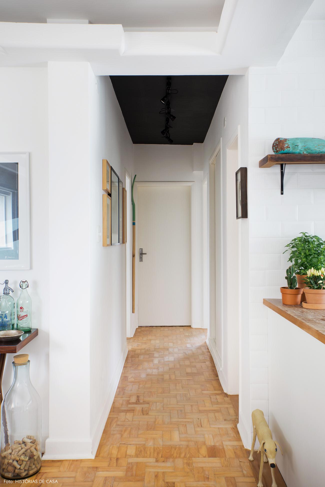 13-decoracao-corredor-apartamento-teto-pintado-preto