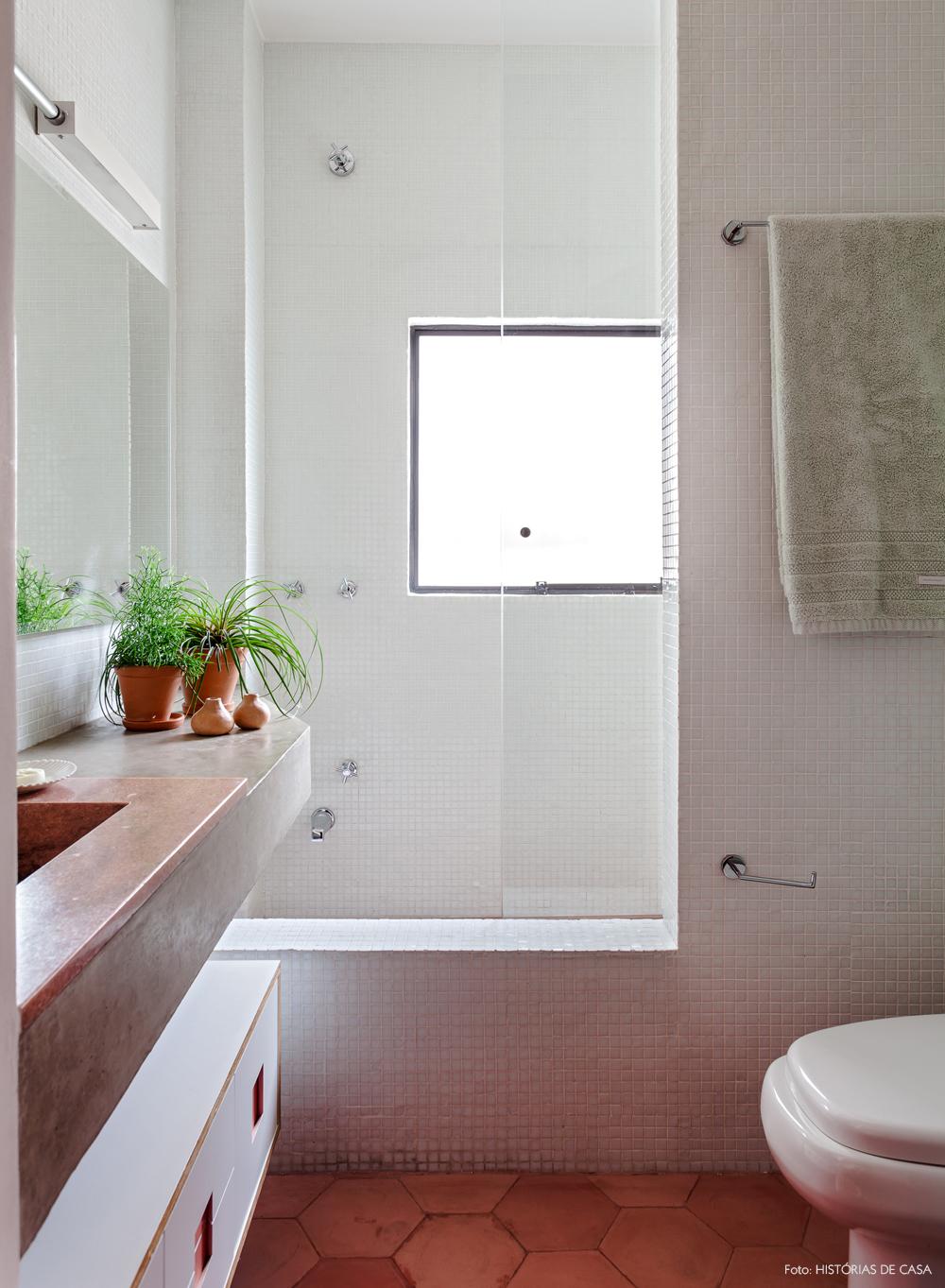 17-decoracao-reforma-banheiro-piso-ladrilhos-rosa-pastilhas