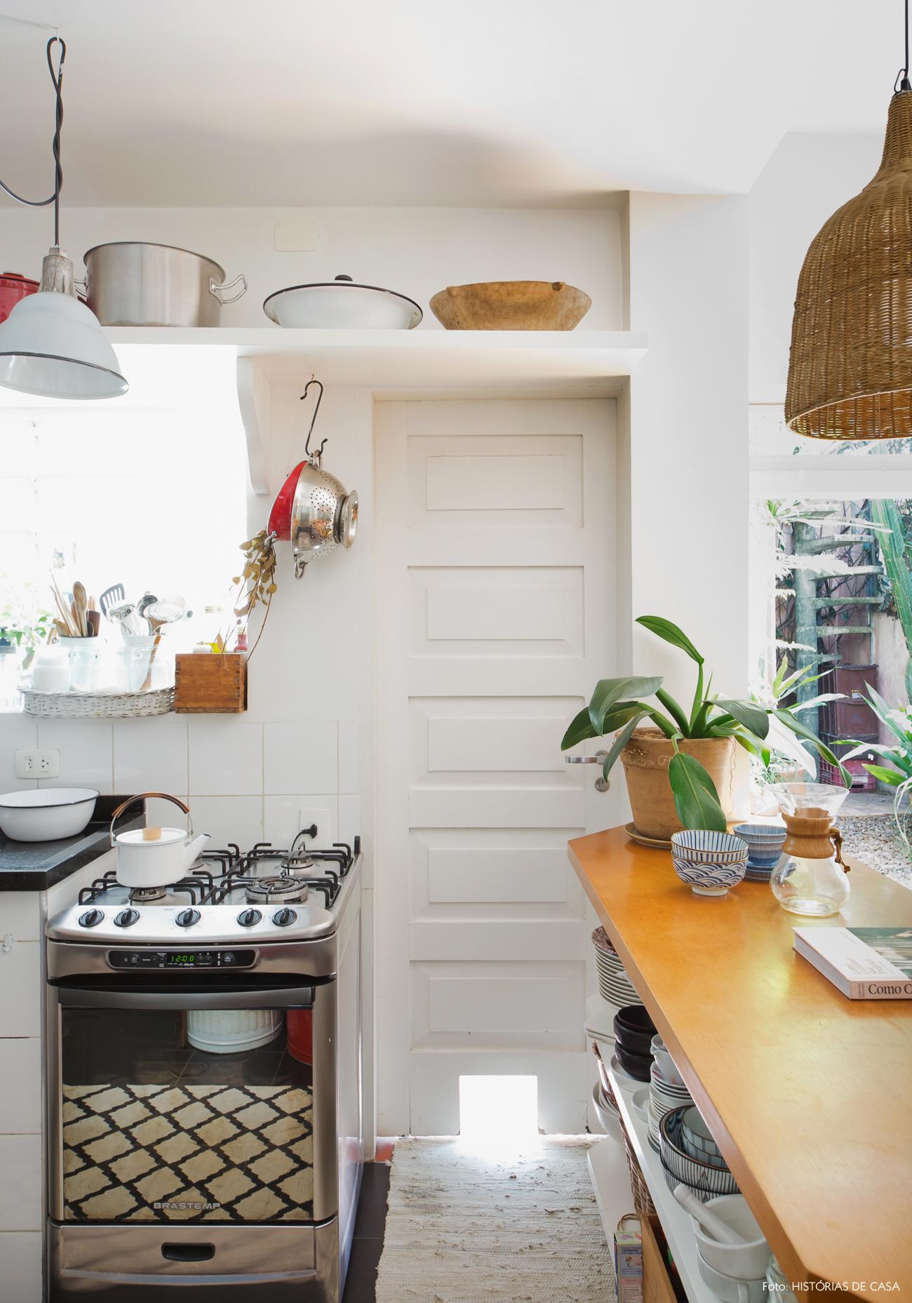22-decoracao-casa-de-vila-cozinha-antiga-prateleiras-abertas