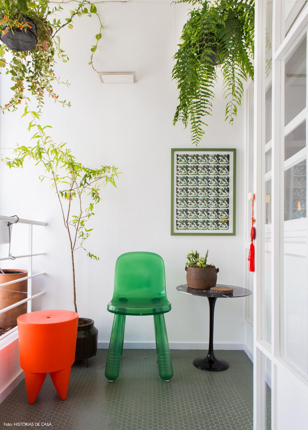 25-decoracao-varanda-pequena-plantas-penduradas-cores