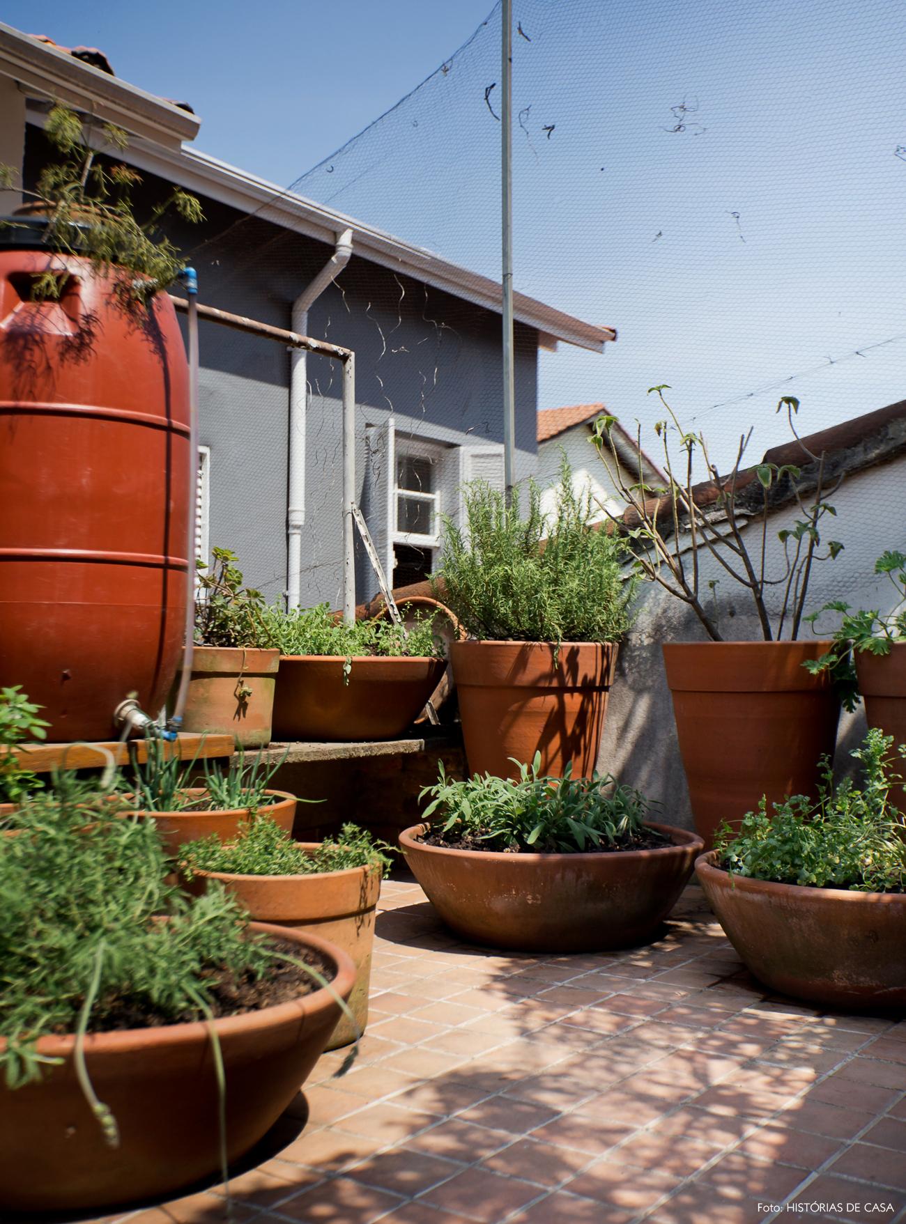 28-decoracao-area-externa-horta-caseira-com-vasos-barro