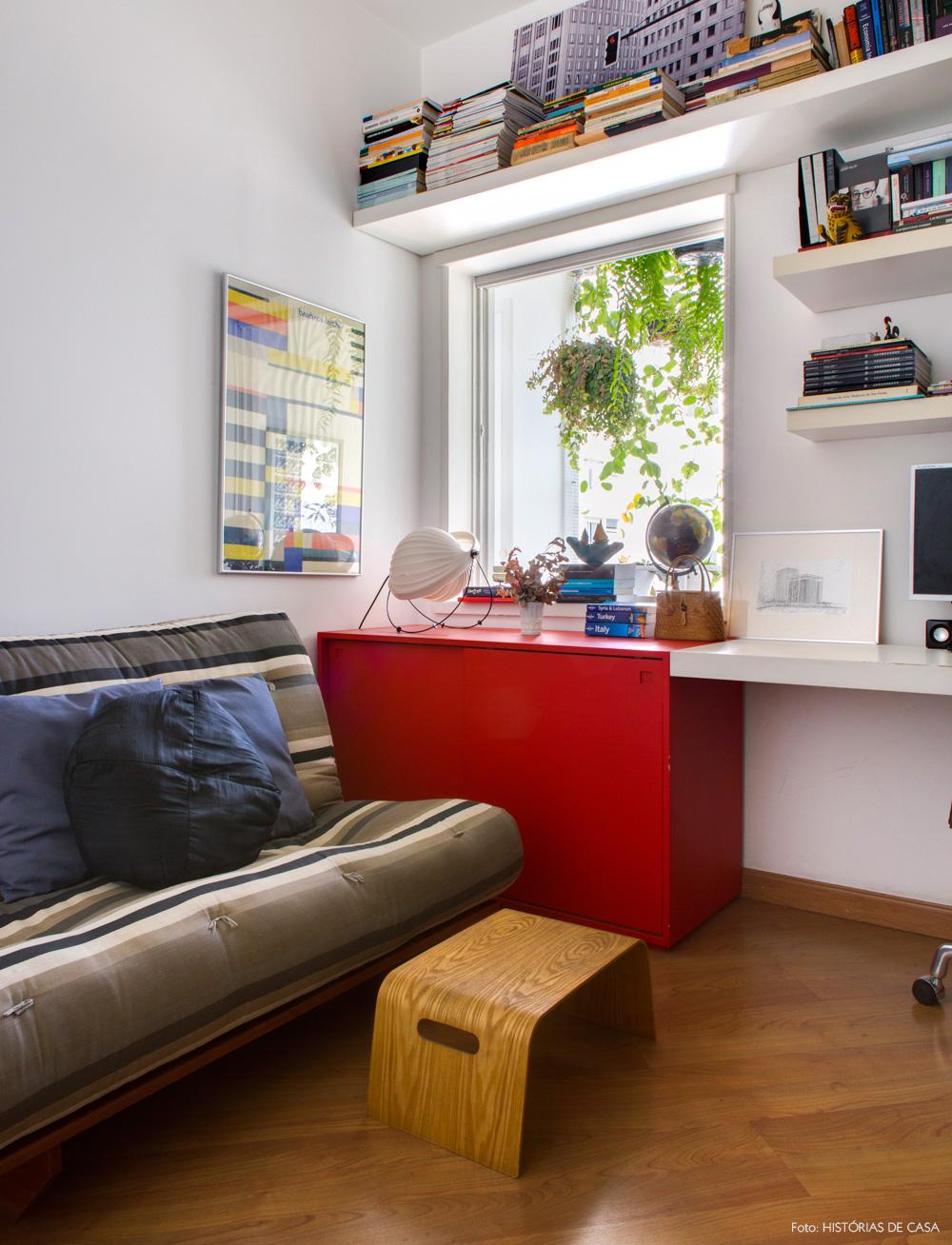 28-decoracao-home-office-futon-listrado-movel-vermelho