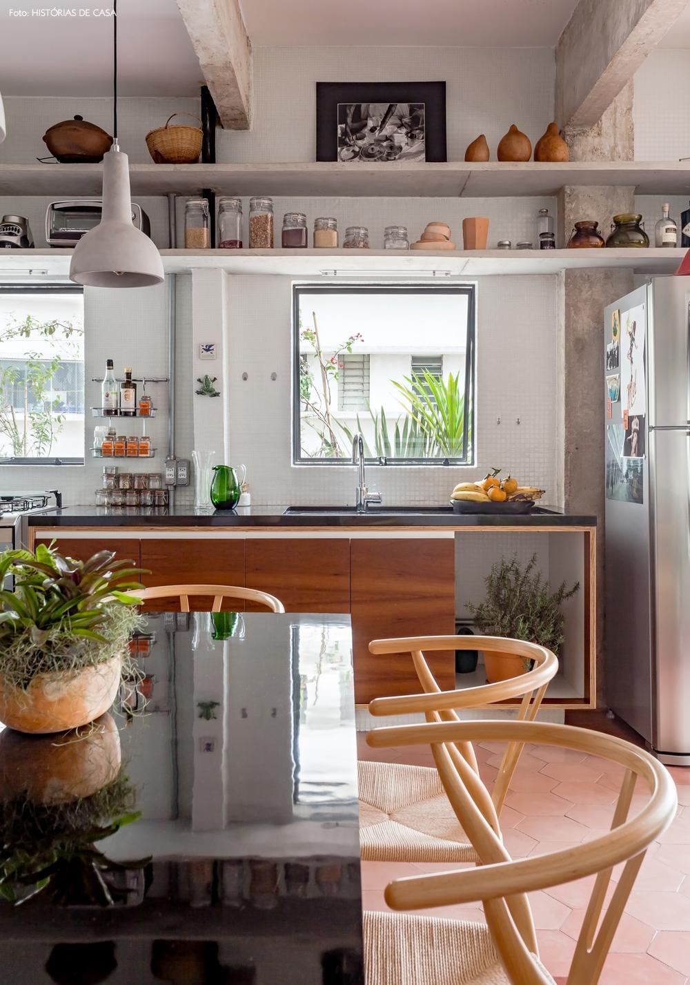 29-decoracao-cozinha-prateleiras-bancada-concreto-granito-preto