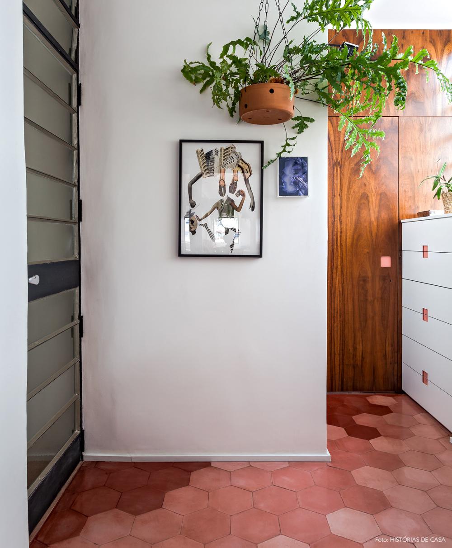 31-decoracao-corredor-apartamento-piso-ladrilhos-hidraulicos