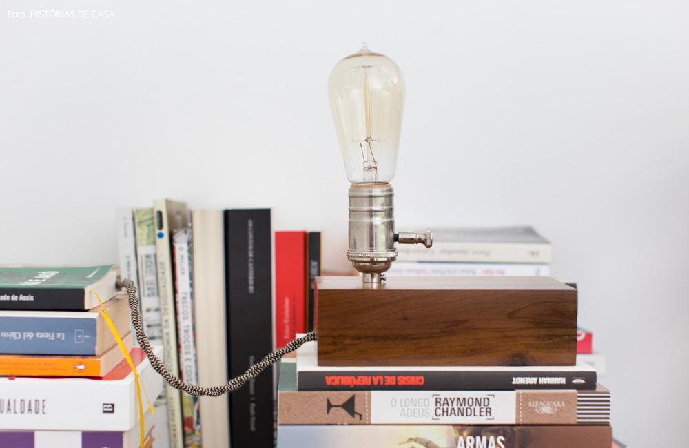33-decoracao-quarto-luminaria-de-cabeceira-base-madeira