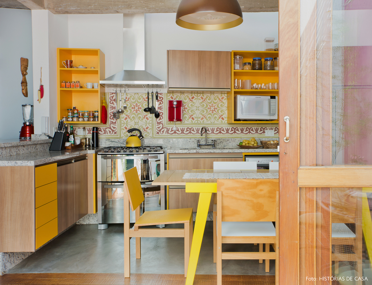 03-decoracao-cozinha-amarela-ladrilhos-hidraulicos-no-frontao