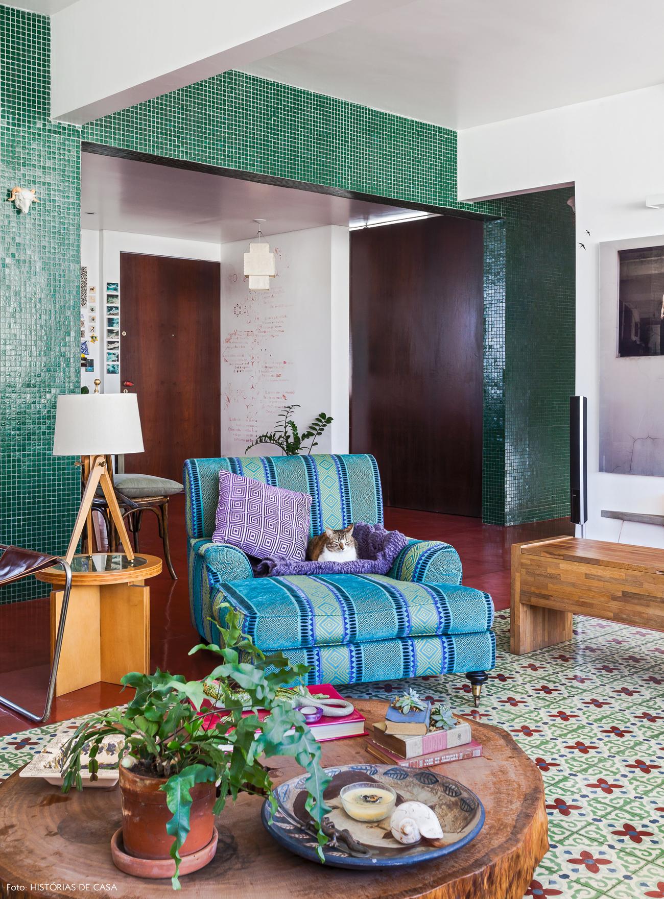 15-decoracao-sala-apartamento-integrado-vigas-colunas-pastilhas